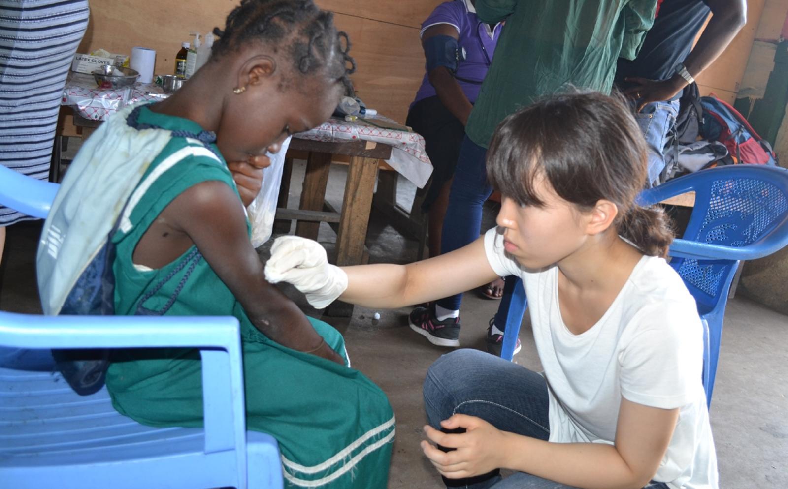 アフリカで医療の海外インターンシップに取り組む日本人参加者